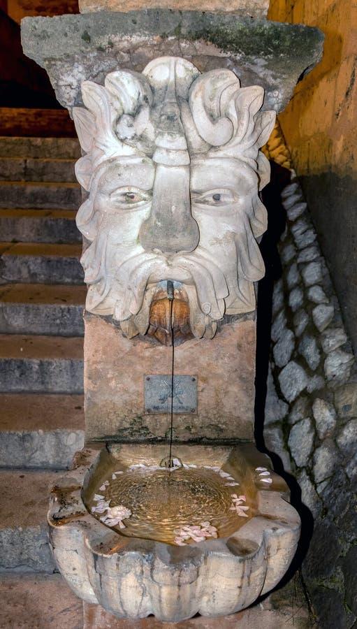 Vattenkastarevattenspringbrunn utanför domkyrkan i Palma de Mallorca, Spanien royaltyfri fotografi