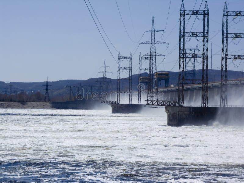 VattenkraftstationReset av vatten på vattenkraftstationen fotografering för bildbyråer