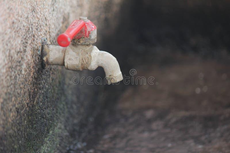 vattenkran monterad vägg fotografering för bildbyråer