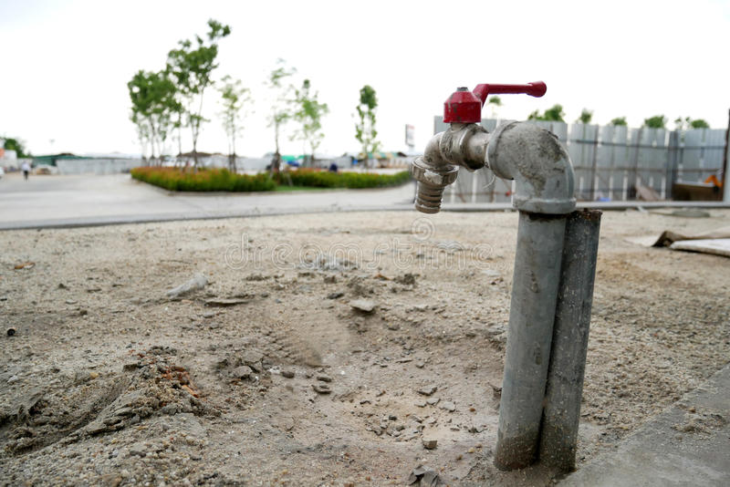 Vattenkran på ointressant jord fotografering för bildbyråer