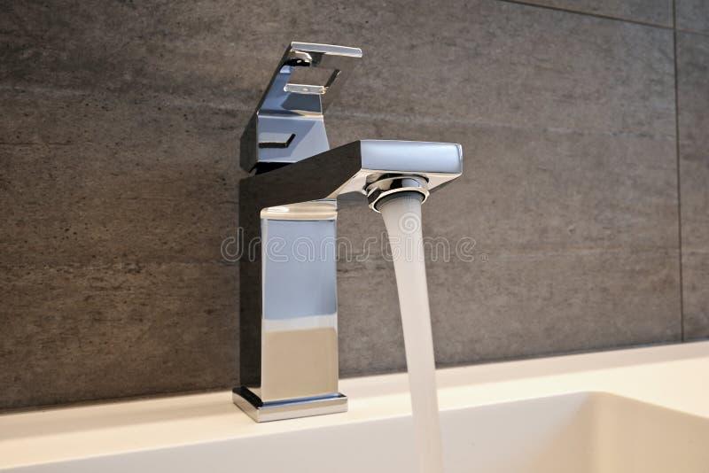 Vattenkran, vask och räknare för mycket högt slut royaltyfri bild