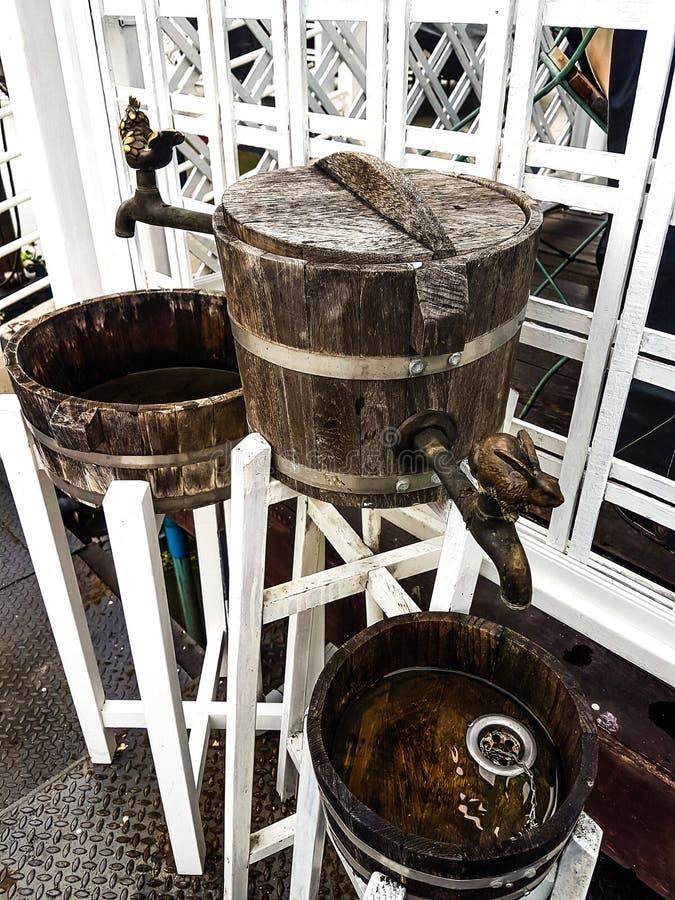 Vattenkranar gör från gammalt trä för garnering royaltyfria bilder