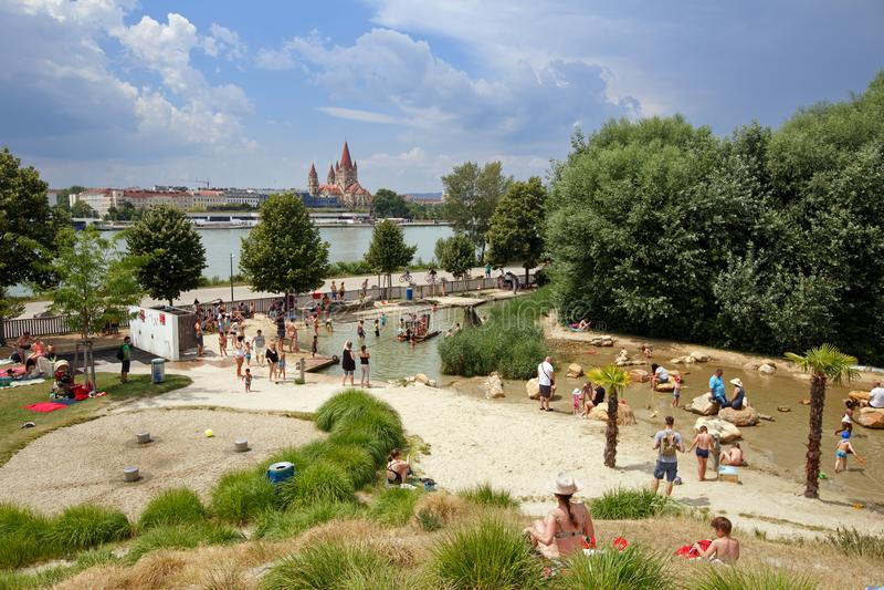 Vattenlekplats för barn Donauö, Wien, Österrike royaltyfri bild