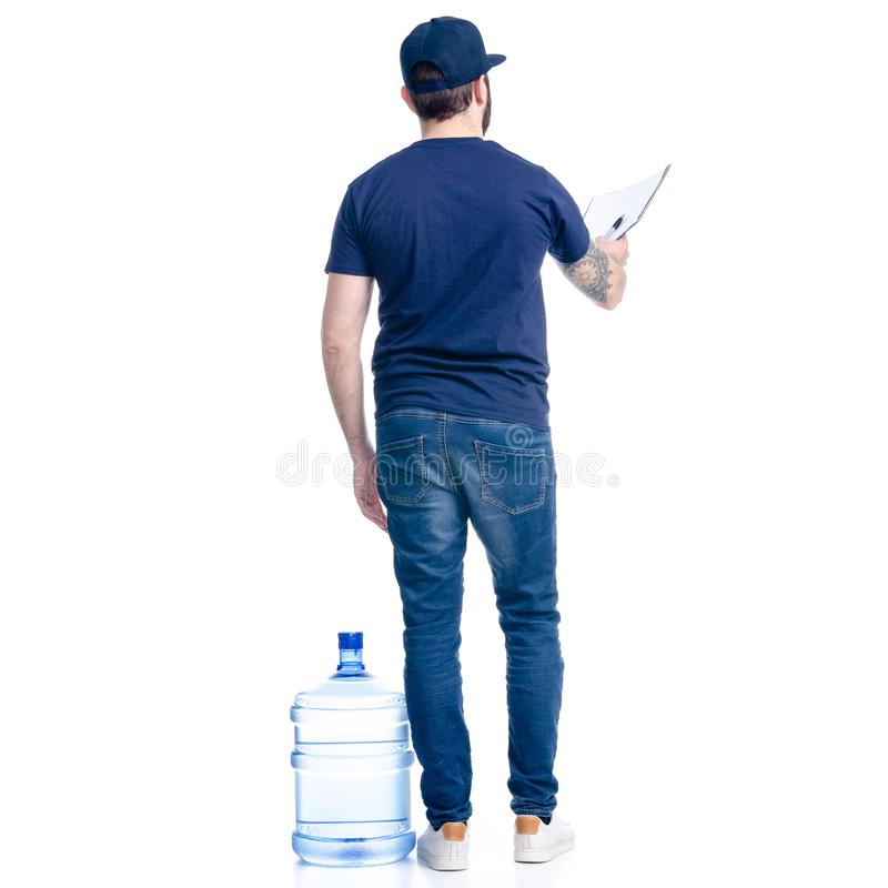 Vattenleveransman i blått t-skjorta och lock i häfte för handdokumentfaktura royaltyfri bild