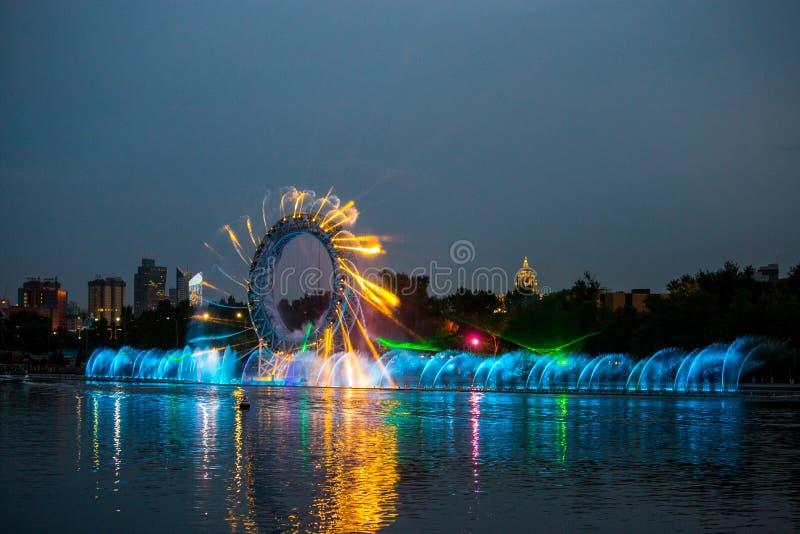 Vattenljusshow i Astana, Kasakhstan royaltyfria foton