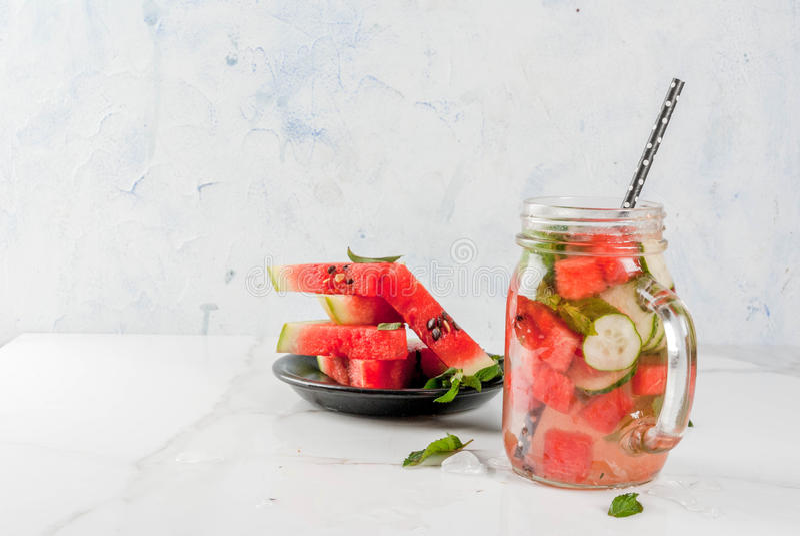 Vattenmelon ingett detoxvatten royaltyfri fotografi