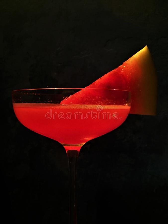 Vattenmelon martini i en vinterafton arkivbild