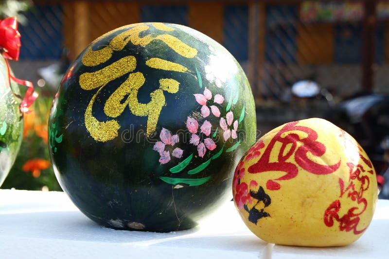 Vattenmelon och grapefrukt som dekoreras för beröm av det vietnamesiska nya året på en marknad i Hoi An, Vietnam arkivfoton
