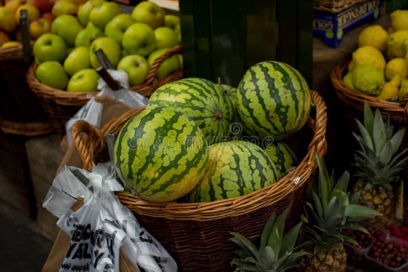 Vattenmelon på försäljning på fruktställningen arkivbild