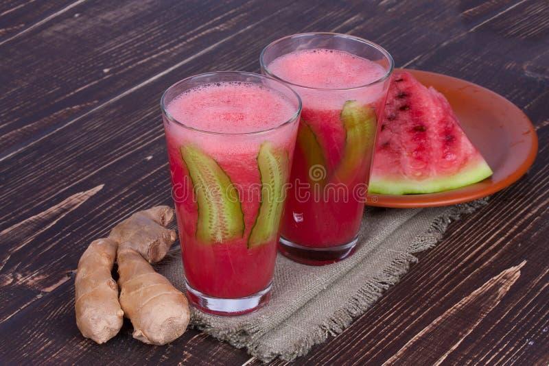 Vattenmeloncoctail med ingefäran och gurkan på träbakgrund royaltyfria bilder