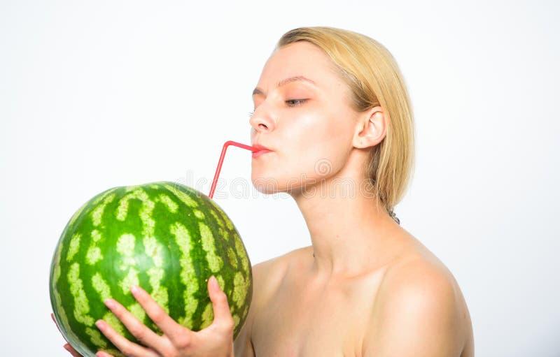 Vattenmeloncoctaildryck Smutt av friskhet Coctail för vattenmelon för törstig attraktiv näck fruktsaft för drink för flicka ny he royaltyfri foto