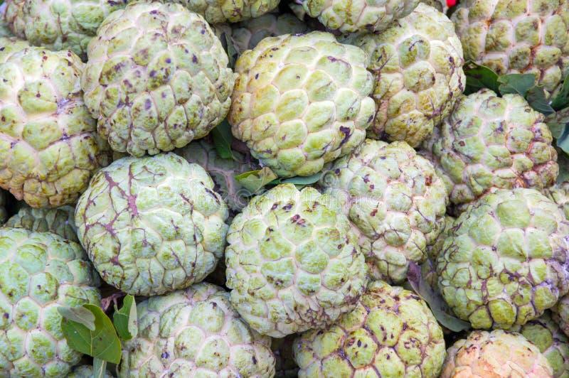 Vattenmelonfrukt i vändkretsmarketbackground är sweetsop-, för vaniljsåsäpplet och sockeräpplefrukter arkivfoton