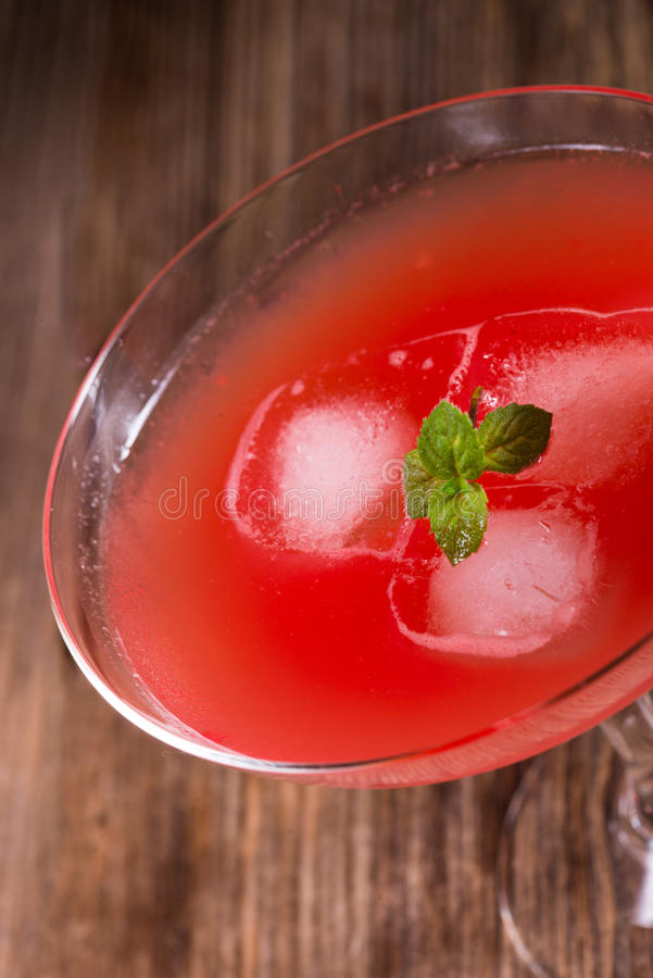 Vattenmelonfruktsaft med is arkivbild