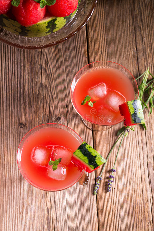Vattenmelonfruktsaft med is royaltyfria bilder