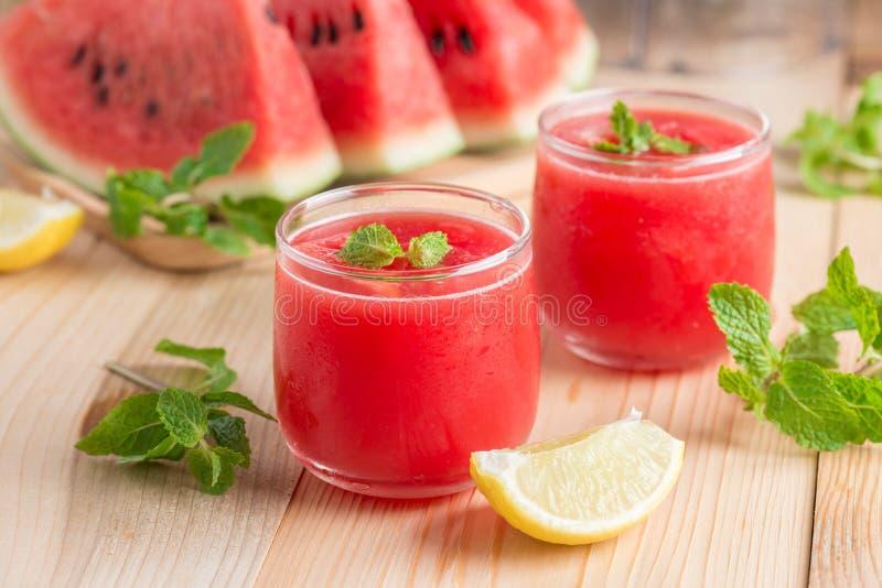 Vattenmelonfruktsaft med den skivade vattenmelon, citron royaltyfri foto