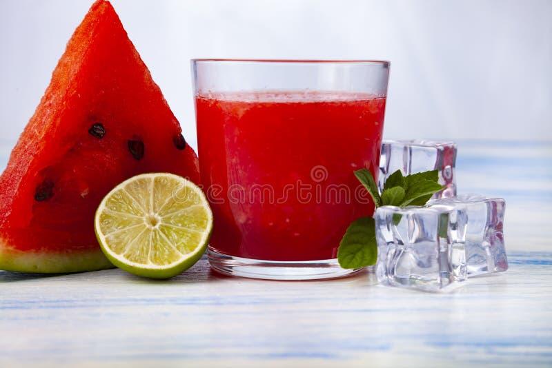Vattenmelonfruktsaft, mintkaramell, limefrukt och is royaltyfria bilder