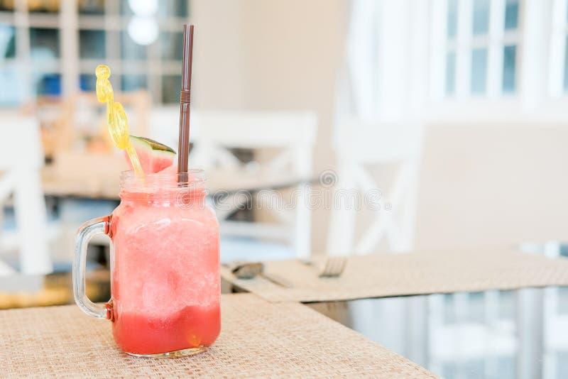 Vattenmelonisfruktsaft i klassiskt exponeringsglas royaltyfria bilder