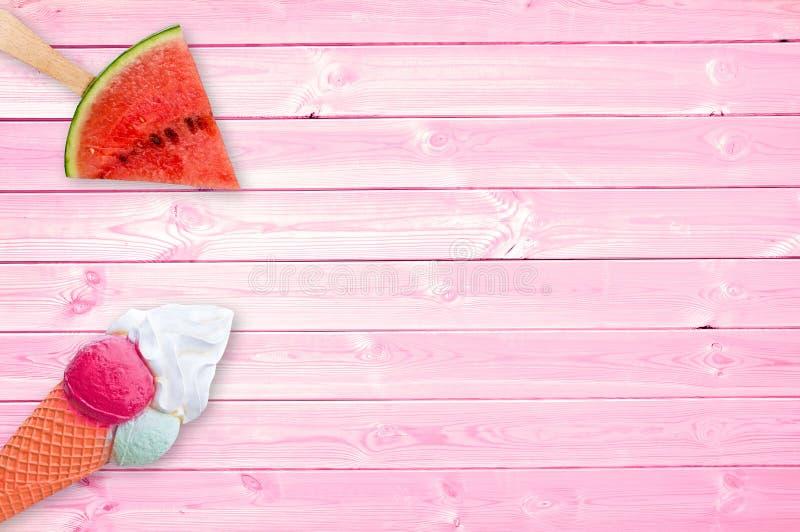 Vattenmelonisglass och glasskotte på rosa plankor med kopieringsutrymme, sommarbegrepp arkivbild