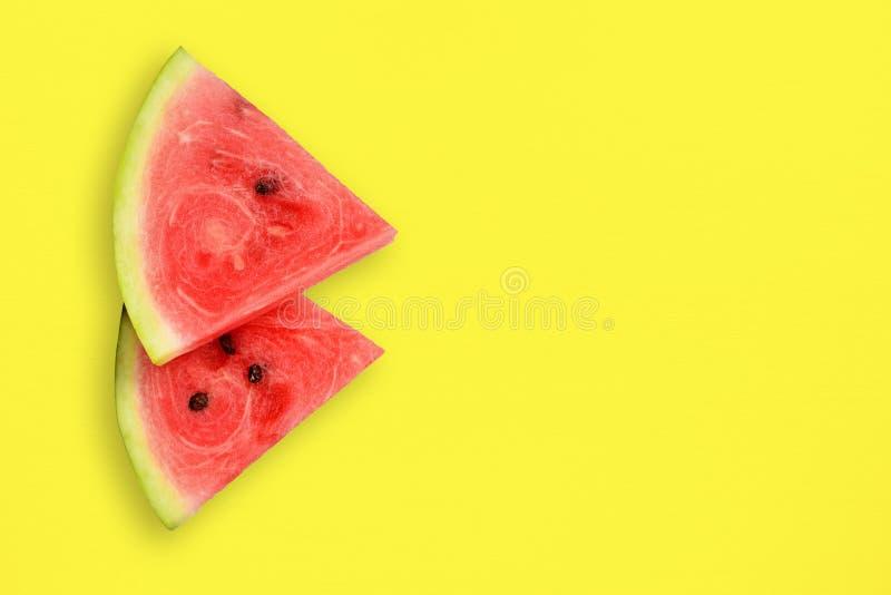 Vattenmelonskivor på tabellen royaltyfria foton