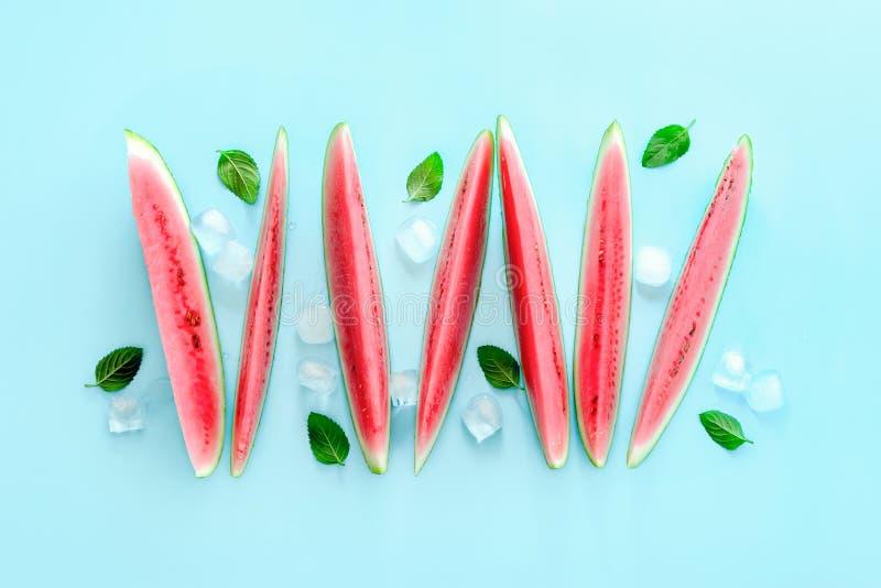 Vattenmelonskivor som kylas med is, sikt från över arkivfoton