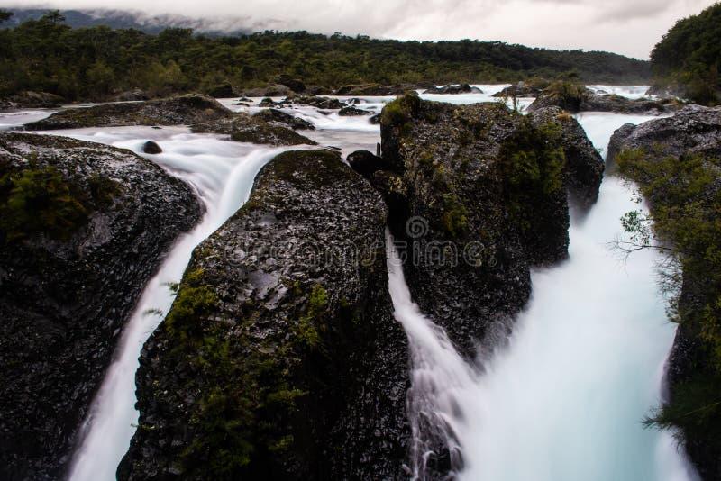 Vattennedgångar i den Petrohue floden royaltyfria foton