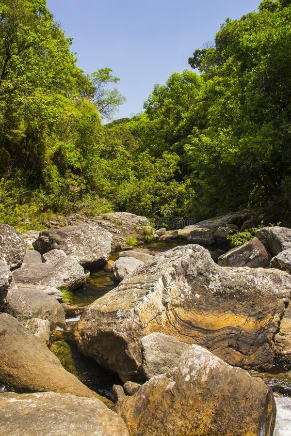 Vattennedgångar between vaggar i den soliga dagen - Serra da Canastra Natio royaltyfria bilder