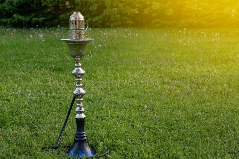Vattenpipa på gräset på en picknick royaltyfri foto