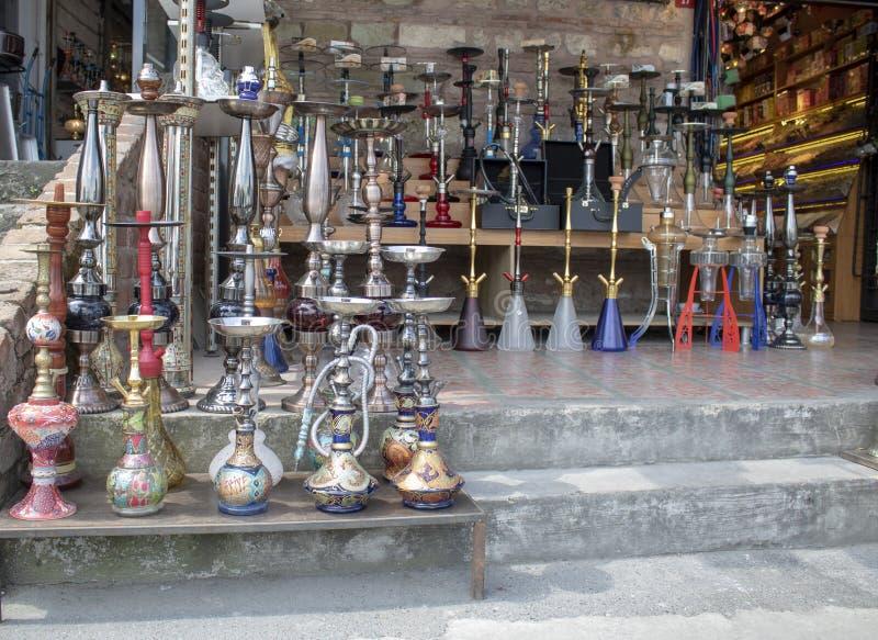 Vattenpipaprodukter som förläggas på den till salu jordningen Vattenpipaprodukter som förläggas på den till salu jordningen fotografering för bildbyråer