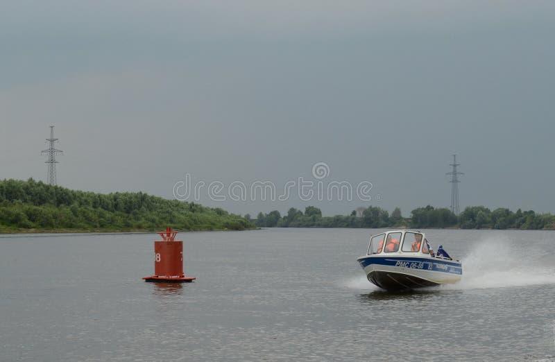 Vattenpolisen patrullerar patruller den Oka floden fotografering för bildbyråer