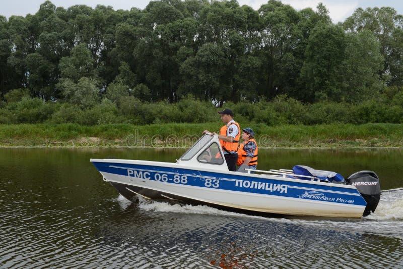 Vattenpolisen patrullerar patruller den Oka floden royaltyfria bilder