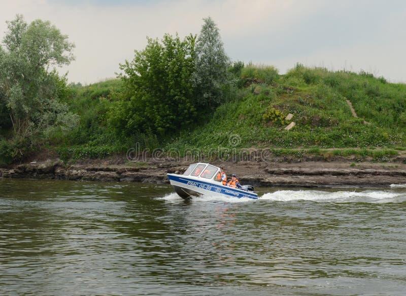 Vattenpolisen patrullerar patruller den Oka floden arkivfoto