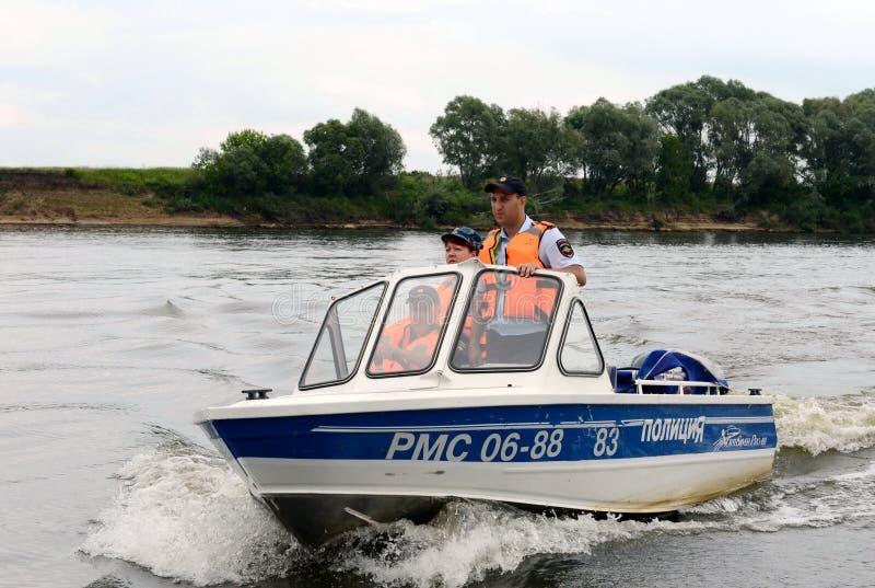 Vattenpolisen patrullerar patruller den Oka floden royaltyfria foton