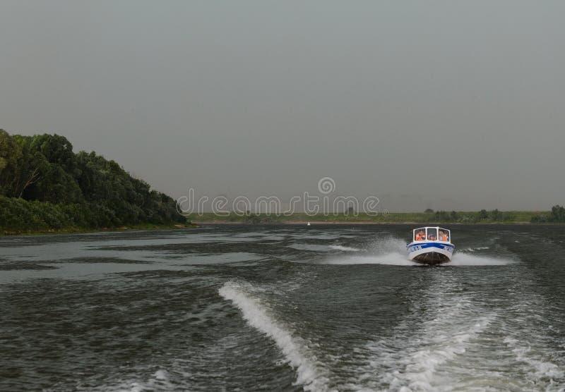 Vattenpolisen patrullerar patruller den Oka floden framme av en åskväder arkivfoton