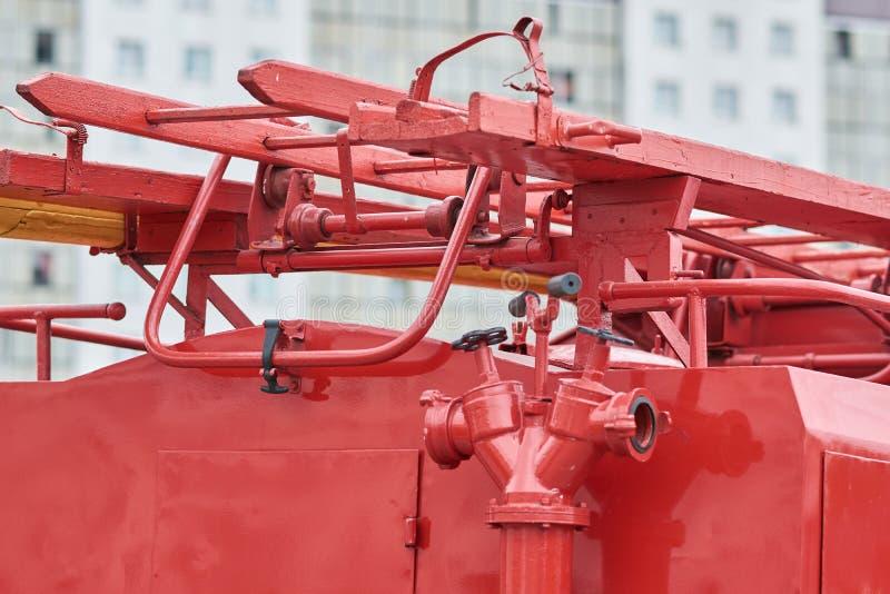 Vattenpost och stege av den gamla brandmotorn royaltyfri bild