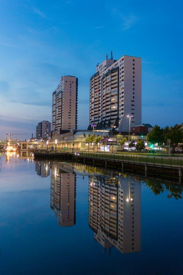 Vattenreflexion av Columbus Center i Bremerhaven under blå timme arkivfoto
