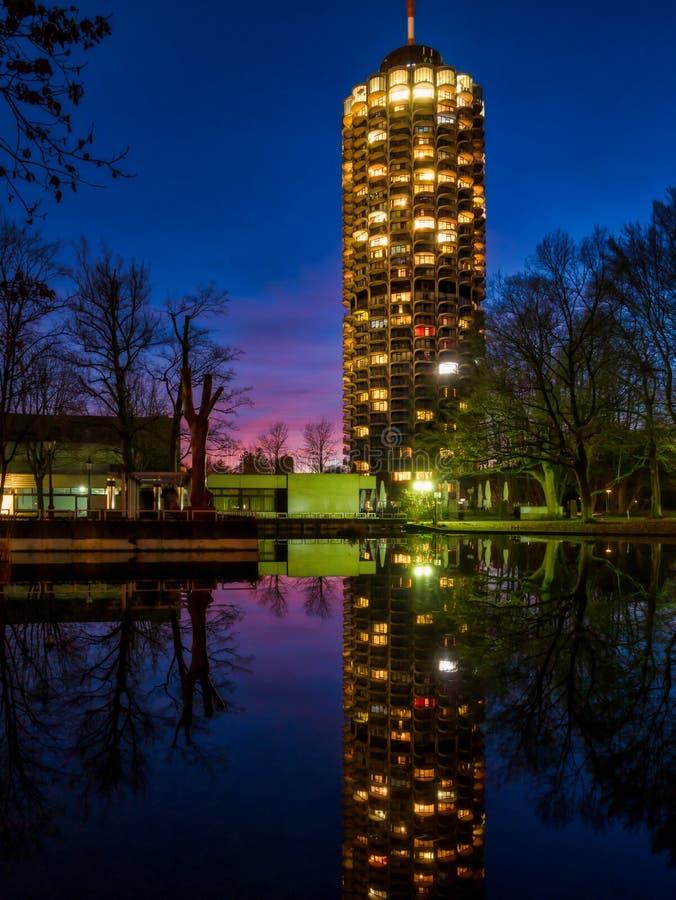 Vattenreflexion av det Augsburg hotelltornet under solnedgång royaltyfri fotografi