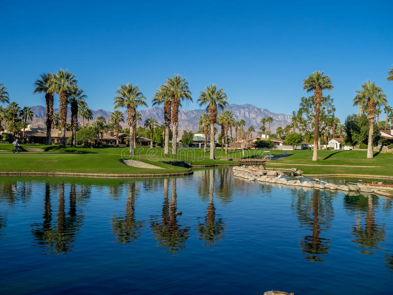 Vattensärdrag på en golfbana på den Jw Marriott öknen fjädrar arkivbild