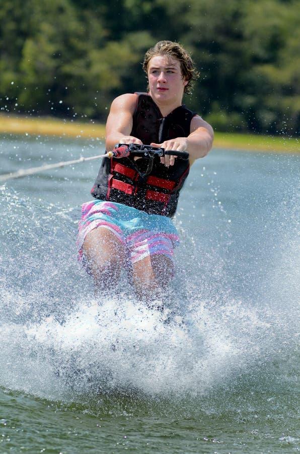 Vattenskidåkning för tonårs- pojke royaltyfria bilder