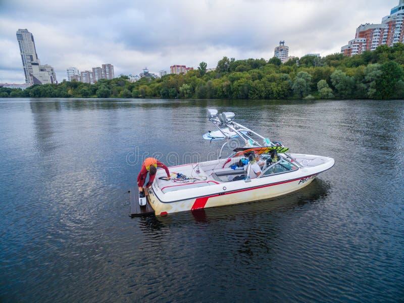 Vattenskidåkningfartyg på floden royaltyfri foto