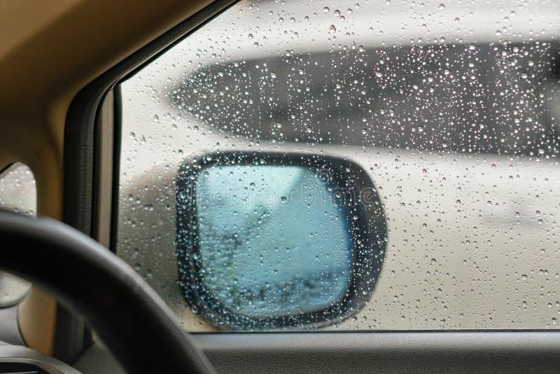 Vattensmå droppar på en vindruta fotografering för bildbyråer