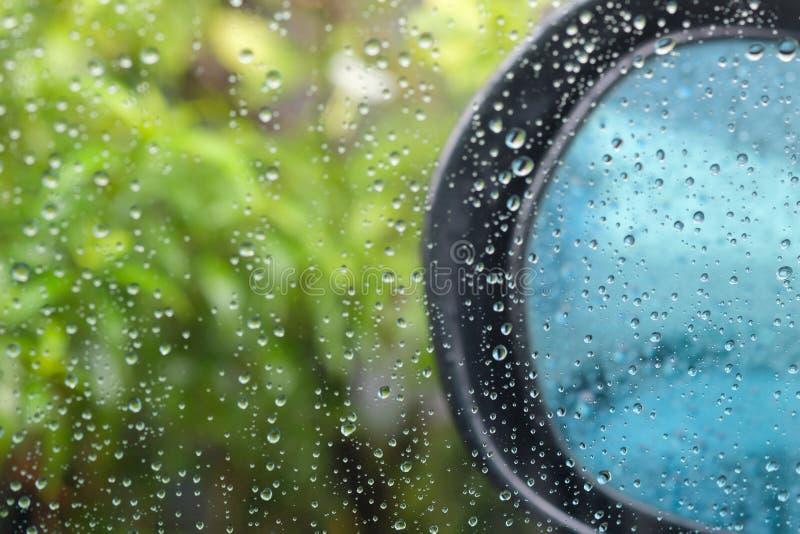 Vattensmå droppar på en vindruta arkivbilder