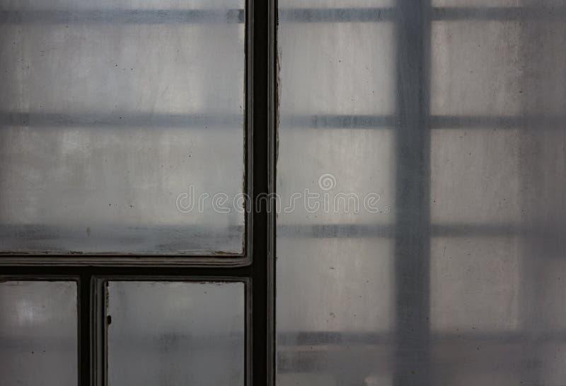 Vattensmå droppar på ett klassiskt fönster, mörk vinterdag royaltyfri foto
