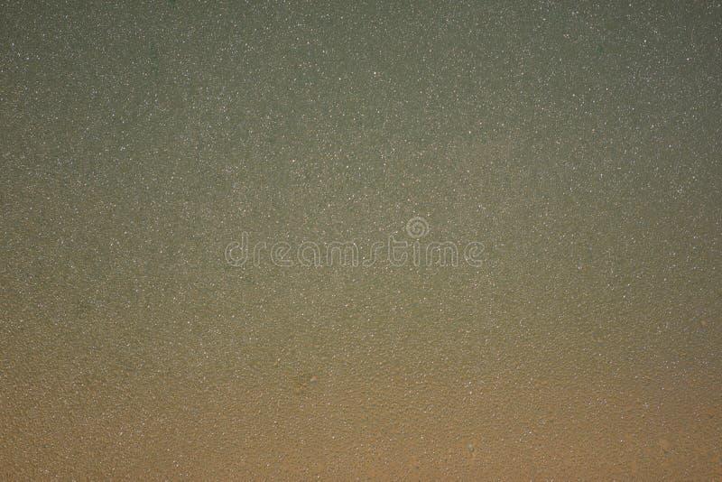 Vattensmå droppar på ljus bakgrund arkivfoton