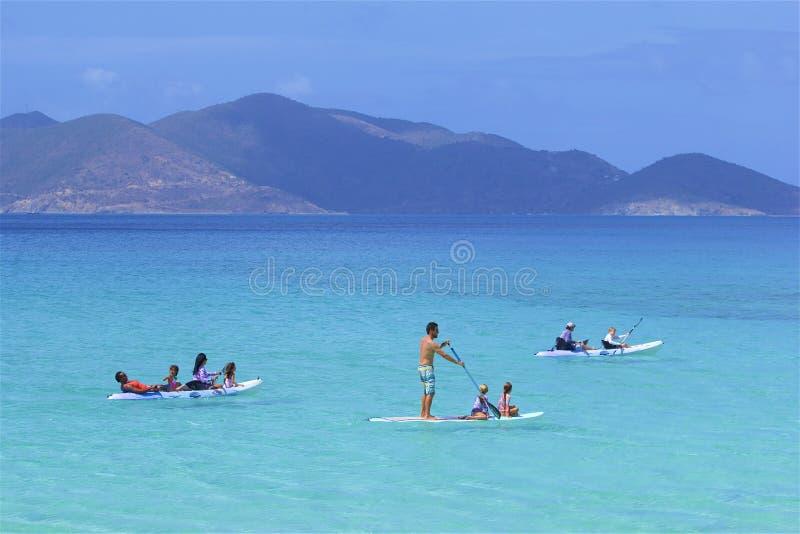 Vattensportar i smugglares liten vikstrand i Tortola, BVI som är karibisk royaltyfri fotografi