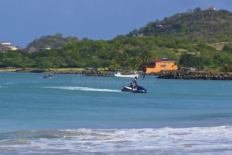 Vattensportar i tropisk strand i Gros holmeby i Saint Lucia som är karibisk royaltyfria foton