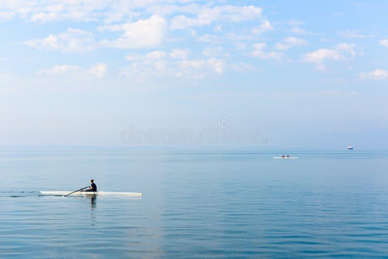 Vattensportar och roddutbildning på det Aegean havet, Thessaloniki, Grekland arkivbild