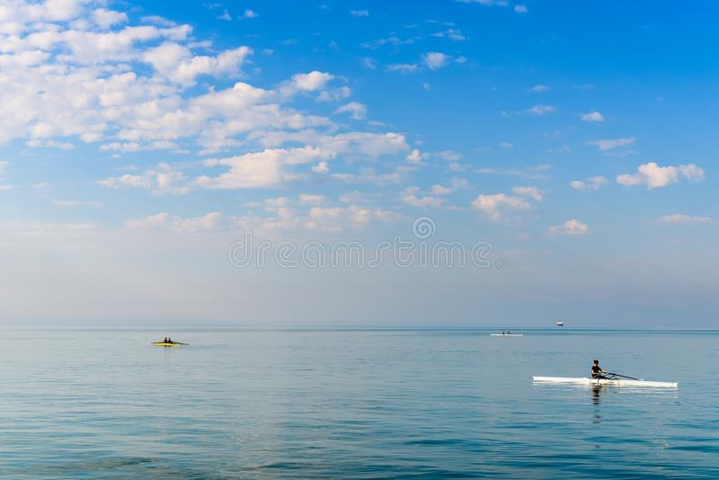 Vattensportar och roddutbildning på det Aegean havet, Thessaloniki, Grekland royaltyfria bilder