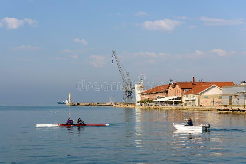 Vattensportar och roddutbildning på det Aegean havet, Thessaloniki, Grekland arkivfoton