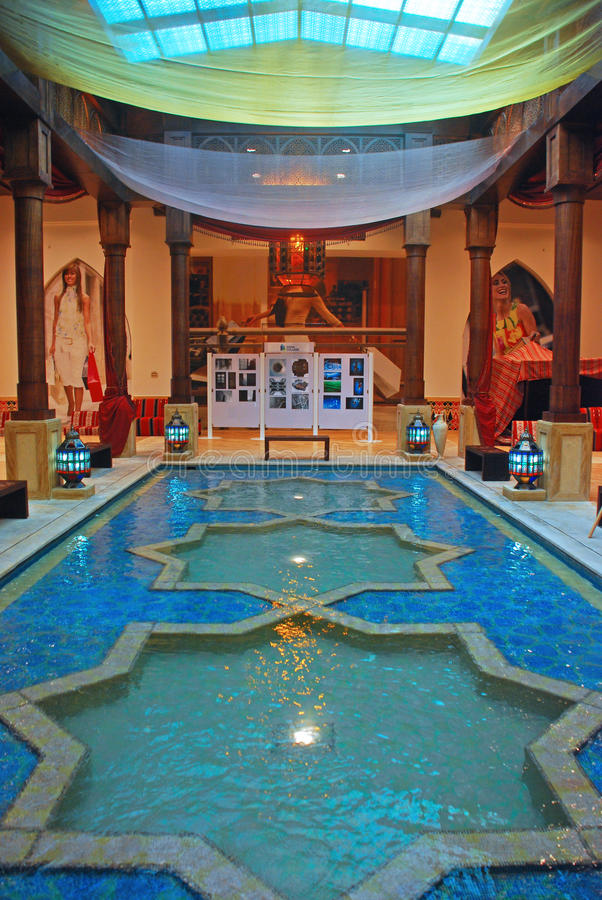 Vattenspringbrunn i galleria på pärlan i Doha Qatar royaltyfria bilder