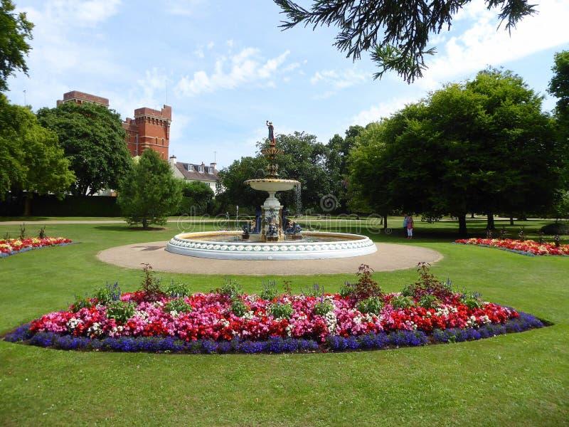 Vattenspringbrunn och rabatter arkivfoton